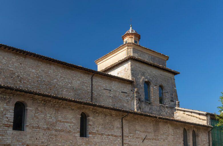 Vista scorciata del fianco della Basilica di San Salvatore a Spoleto.