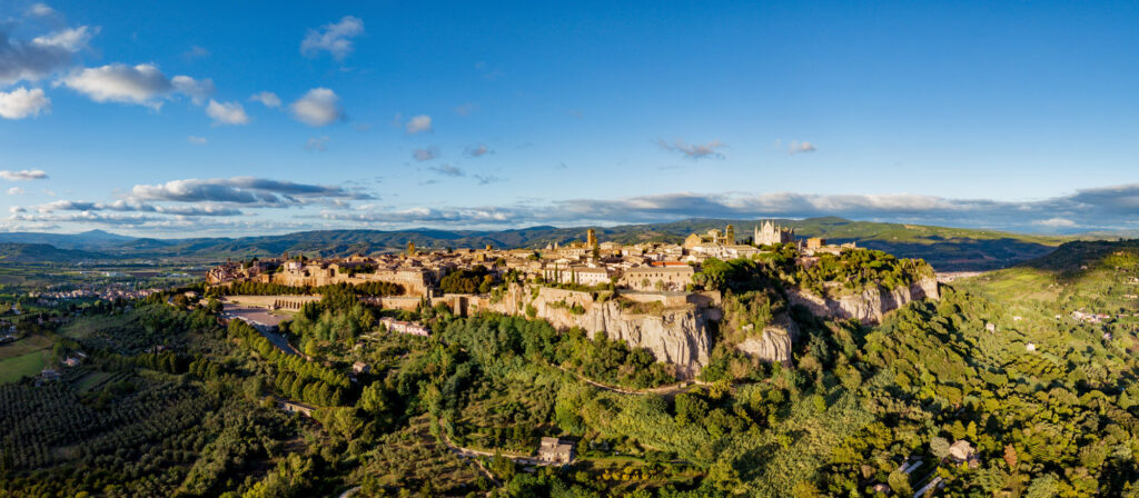 Orvieto: vista aerea della città. La città si erge sulla Rupe di tufo ed è circondata dal verde delle campagne umbre.