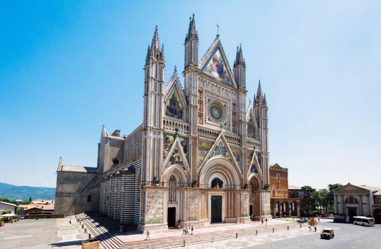 Duomo di Orvieto: Santa Maria Assunta, vista leggermente laterale della facciata e del fianco della cattedrale di Orvieto.